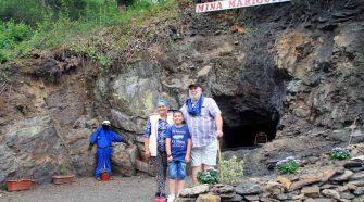 En el pozo de la mina. Rosi Martínez, Miguel Bellón y su nieto Daniel Prieto